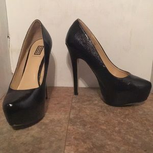 Signature brand snake skin patent black heels sz 9